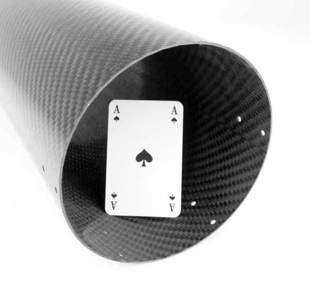 Carbon Composite - Carbon Rohr mit Größenvergleich Spielkarte CFK bearbeitetes Rohr